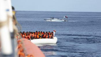 """Bei einer Rettungsaktion wird die Crew der """"Alan Kurdi"""" mit Maschinengewehren bedroht."""